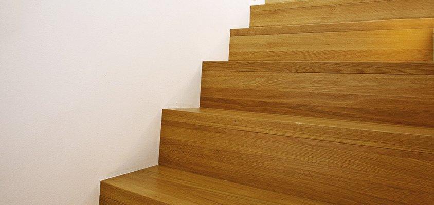 Sättsteg i liv med stegframkant, tät trappa